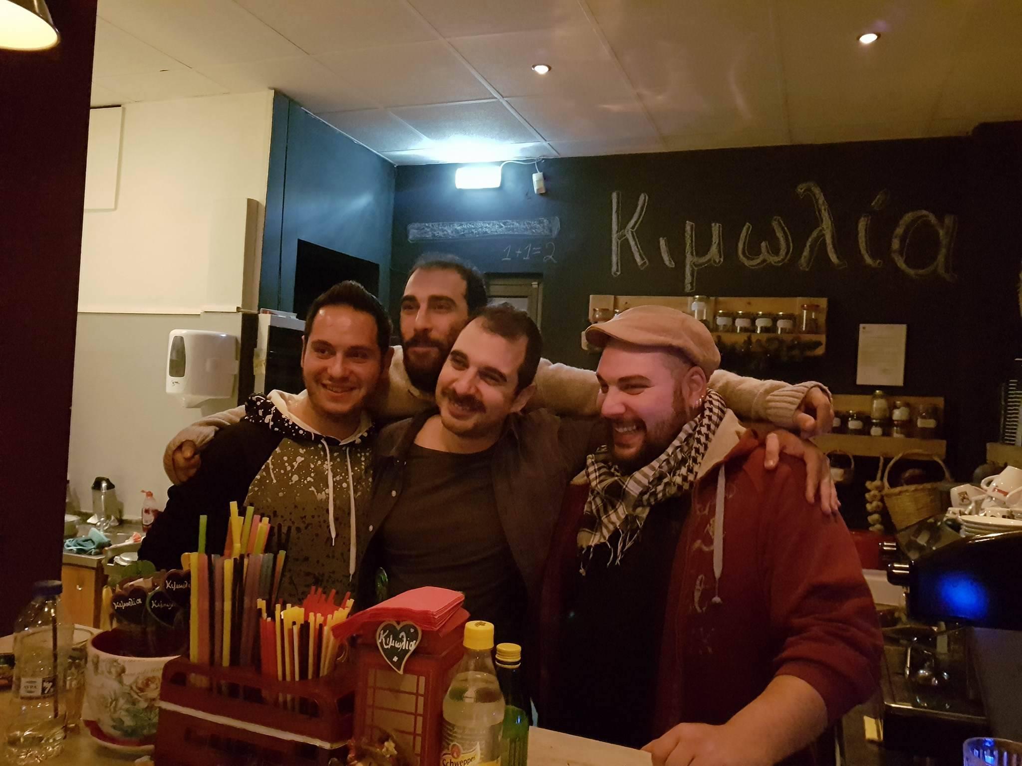 "kozan.gr: Ο Βύρων Θεοδωρόπουλος και ο Μιχάλης Μαθιουδάκης, πρόσφεραν, το βράδυ του Σαββάτου, στο σύγχρονο καφενέ ""Κιμωλία"", ένα ξεκαρδιστικό Stand Up Comedy"