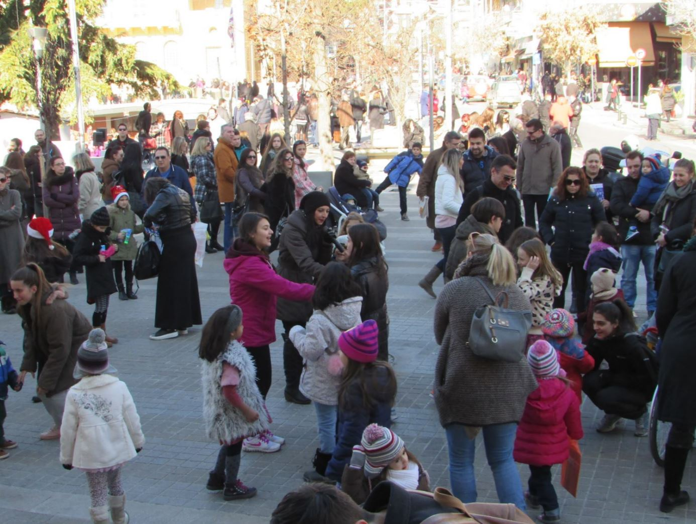 kozan.gr: Το Θεατρικό παιχνίδι από το ΔΗ.ΠΕ.ΘΕ. Κοζάνης, μπροστά από το δημαρχείο της πόλης, που άρεσε στα παιδιά (Βίντεο)