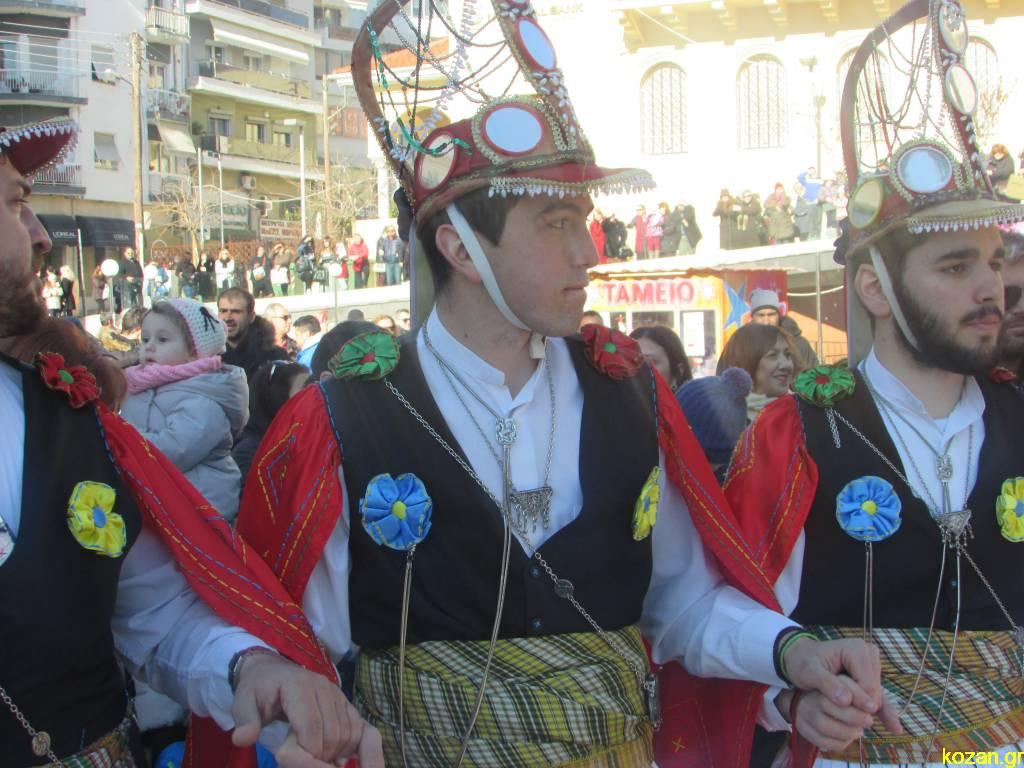 kozan.gr: Το «Μωμοέρια», στην κεντρική πλατεία της Κοζάνης, είχαν την τιμητική τους (Βίντεο & Φωτογραφίες)
