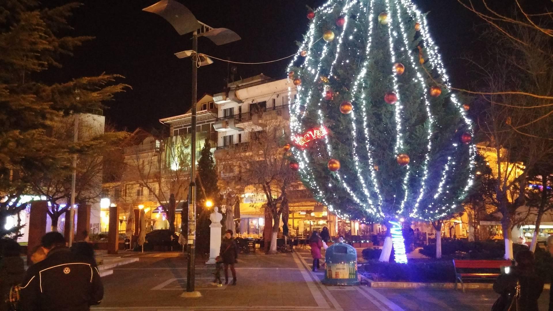 kozan.gr: Φωταγωγήθηκε το χριστουγεννιάτικο δέντρο στην κεντρική πλατεία Πτολεμαΐδας (Φωτογραφίες- Βίντεο)