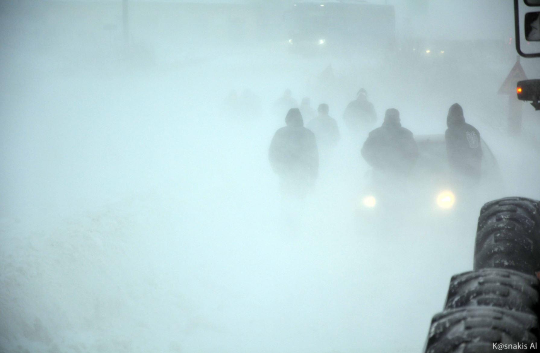 """kozan.gr: Επιβάτες – εργαζόμενοι στα ορυχεία της ΔΕΗ, απεγκλωβίζουν με τα χέρια τους , ΙΧ αυτοκίνητο, που """"έμεινε"""" στα χιόνια (Φωτογραφίες)"""