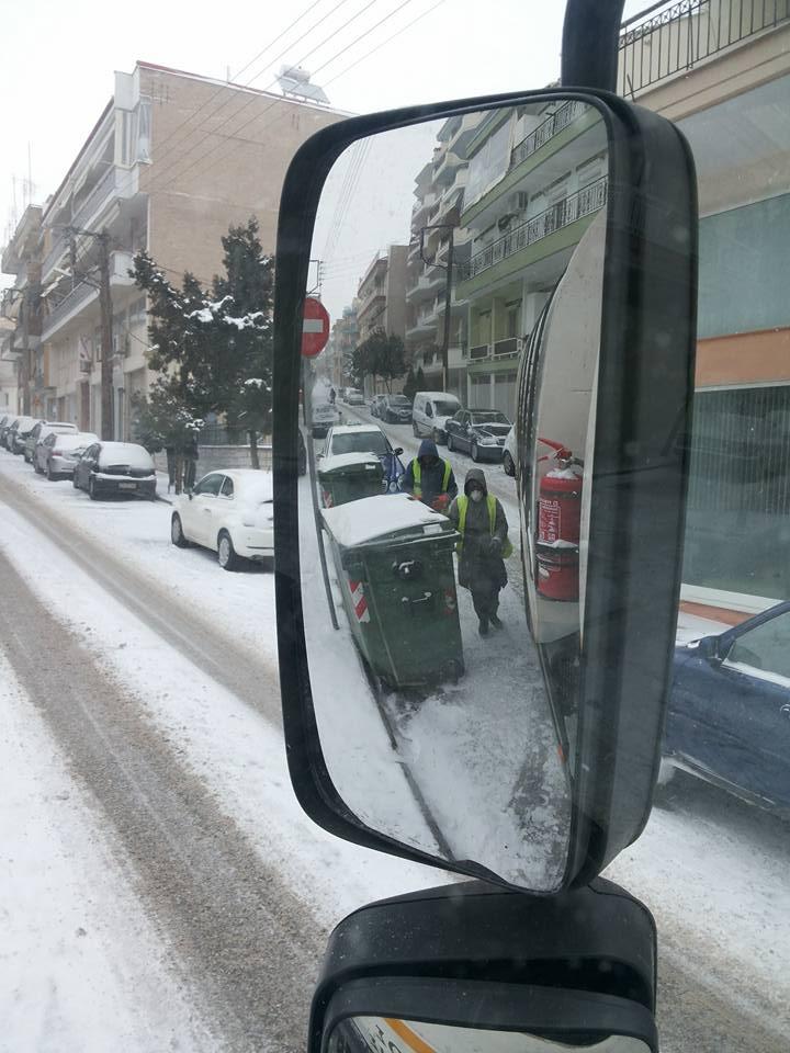kozan.gr: Οι πραγματικά αντίξοες καιρικές συνθήκες στις οποίες εργάζονται, σήμερα Σάββατο (7/1), οι εργαζόμενοι στα  απορριμματοφόρα τoυ δήμου Κοζάνης