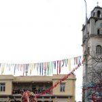 kozan.gr: Πρόταση ομότιμου Καθηγητή του Τμήματος Θεάτρου Σχολής Καλών Τεχνών Α.Π.Θ., για την αισθητική αναβάθμιση του διακόσμου στην Αποκριά της Κοζάνης, εξετάζει ο ΟΑΠΝ – Γκρίνια από τοπικούς Αρχιτέκτονες, που υποστηρίζουν ότι δεν ενημερώθηκαν (ολοκληρωμένα) για το τι ακριβώς πρόκειται