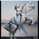 """Το ποίημα """"Ποσειδωνιάτο άλογο"""", της Παρθένας Τσοκτουρίδου, από τα Κομνηνά Εορδαίας, σε τραγούδι μελοποιημένο από τον Καμπάνη Σαμαρά και στην εκτέλεσή του από την Ελένη Κόμνη"""