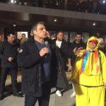 kozan.gr: Ο Γ. Σερβετάς, του Ράδιο Αρβύλα, στην κεντρική πλατεία της Κοζάνης και στο Φανό της Νεολαίας – Τα πειράγματά του στην Πρόεδρο του ΟΑΠΝ και το ανέκδοτο (Βίντεο)