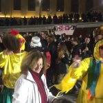 kozan.gr: Καρναβαλιστές νεολαίοι παρελαύνουν στους δρόμους του κέντρου της Κοζάνης – Mεταμφιεσμένη και η Πρόεδρος του ΟΑΠΝ, Φανή Φτάκα –  Γλέντι και χορός συνοδεία χάλκινων πνευστών (Βίντεο & Φωτογραφίες)