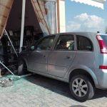 kozan.gr: Τροχαίο ατύχημα στο δρόμο Κοζάνης – Κρόκου – Ι.Χ. έπεσε πάνω σε κατάστημα με νυφικά (Φωτογραφίες)