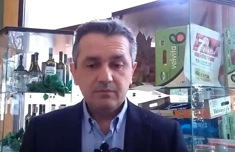 "kozan.gr: Ο Γ. Κασαπίδης, στη συνεδρίαση του περιφερειακού συμβουλίου, ενάντια σε αυτά που ψήφισαν οι ευρωβουλευτές του κόμματός του για τη «φέτα», στο πλαίσιο της Συμφωνίας (CETA): ""Ήρθε η ώρα του απλού λαού. Αν ο ελληνικός λαός δεν αντιδράσει σε αυτή την αδικία, εις βάρος της πατρίδας μας, στην αδικία εις βάρος του πολιτισμού μας…. Η φέτα δεν έχει καμιά σχέση με αυτό το τυρί που οι Καναδοί θέλουν να το ονομάσουν φέτα""  Δεν έχει δικαίωμα κανένας Πολιτικός Αρχηγός, κανένας Πρωθυπουργός, να βάλει την υπογραφή του  "" – Οι αναφορές στον Όμηρο (Βίντεο)"
