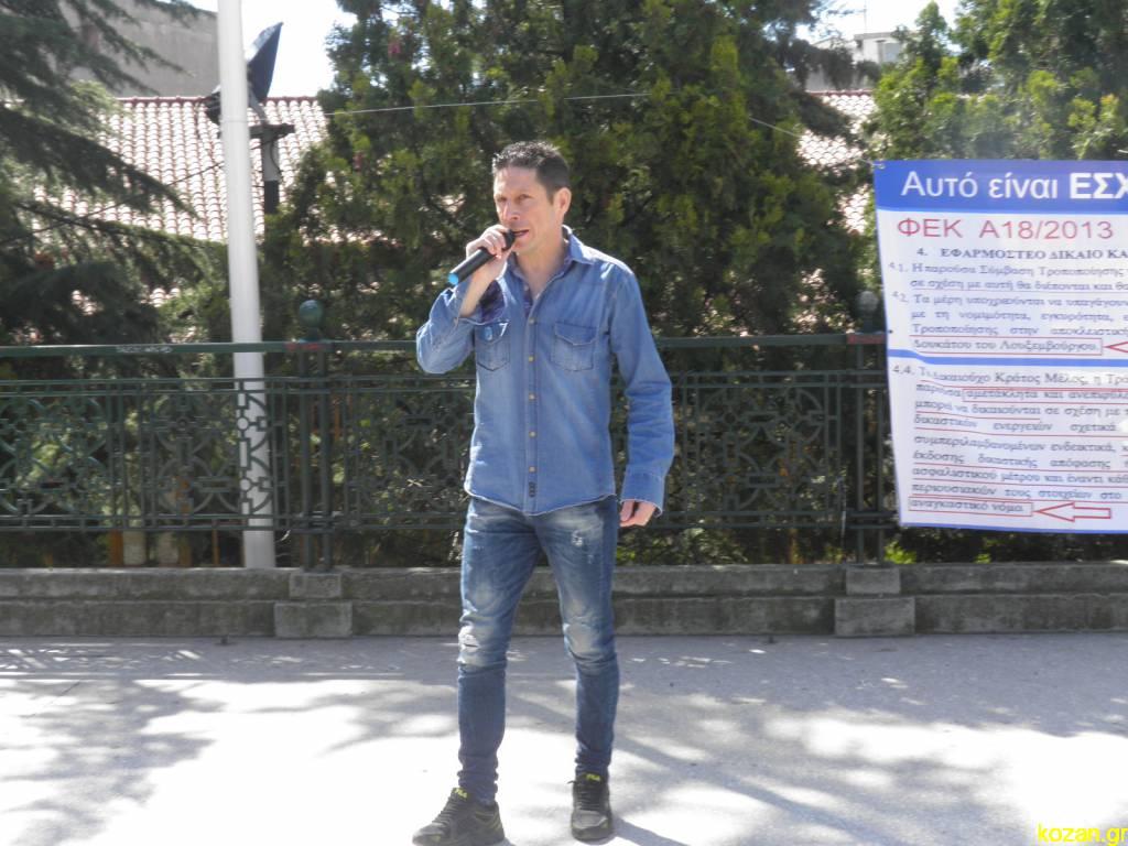 kozan.gr: Αν και καταζητείται ο Α. Σώρρας, οι οπαδοί της «Ελλήνων Συνέλευσις» στην Κοζάνη, συνεχίζουν, κανονικά, τις δράσεις τους για τη γνωστοποίηση των θέσεών τους – Η σημερινή τους κινητοποίηση στην κεντρική πλατεία (Βίντεο & Φωτογραφίες)