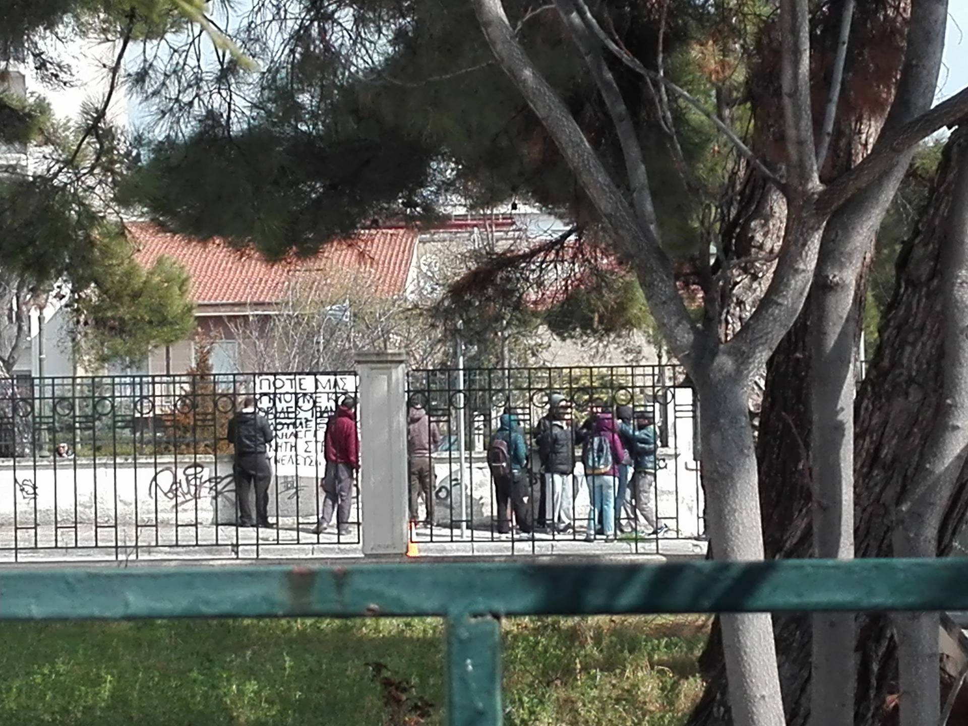 kozan.gr: Μια μικρή ομάδα νεαρών στην Στρατολογία Κοζάνης, «κρέμασε» πανό στήριξης στον ολικό αρνητή στράτευσης Β.Π. – Το κείμενο δήλωσής του (Φωτογραφίες)