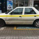 kozan.gr: Πτολεμαίδα: Υπηρεσιακό αυτοκίνητο, παρκαρισμένο, κατά το ήμισυ, σε θέση ΑμεΑ (Φωτογραφίες)