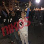 Η Ραχήλ Μακρή έξω από τη Βουλή με μπλουζάκι που γράφει «φρουρά φρουρά» (Φωτογραφίες)