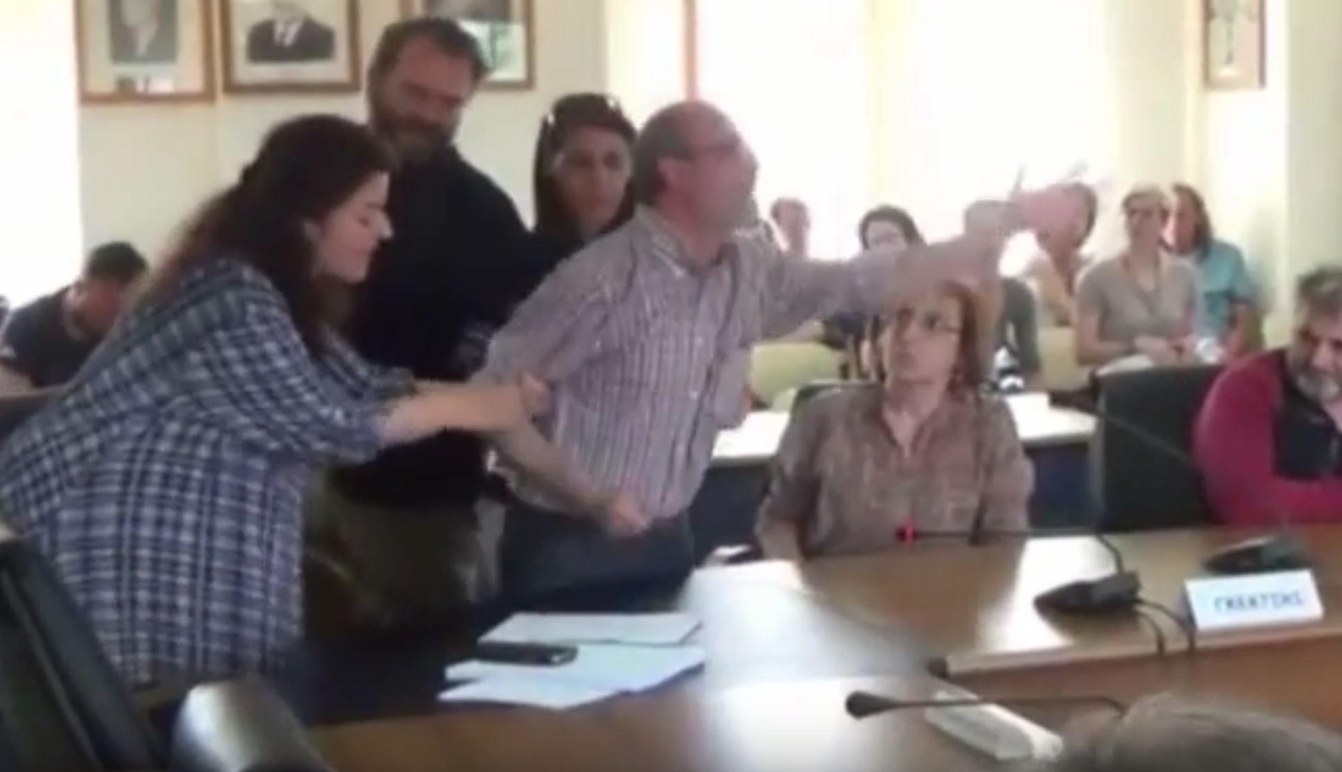 kozan.gr: Χαμός στο δημοτικό συμβούλιο Φλώρινας: Δημοτικός Σύμβουλος της Λαϊκής Συσπείρωσης, εκνευρίστηκε, όταν ο πρόεδρος αρνήθηκε να του δώσει το λόγο και πέταξε το μικρόφωνο και το μπουκάλι με το νερό που υπήρχαν μπροστά του – Προσπάθησαν να τον ηρεμήσουν – συγκρατήσουν σύντροφοι του (Bίντεο)