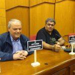 kozan.gr: Ταμπελάκια, που φέρουν το σύνθημα: «Η Δυτική Μακεδονία πενθεί», στα έδρανα περιφερειακών συμβούλων της αντιπολίτευσης (Φωτογραφίες)