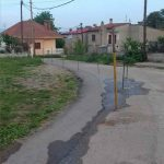 Aπορία αναγνώστη στο kozan.gr για τοποθέτηση πασσάλων σε ασφαλτοστρωμένο δρόμο στον οικισμό Λευκοπηγής (Φωτογραφίες)