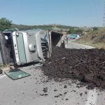 kozan.gr: Ανατροπή φορτηγού, που μετέφερε κάρβουνο, λίγο πιο έξω από το Δρέπανο, στην έξοδο για Θεσσαλονίκη (Φωτογραφίες & Βίντεο)