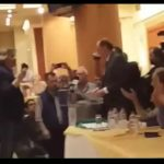 kozan.gr: Συνέδριο ΓΕΝΟΠ/ΔΕΗ: Ο Γραμματέας του Σπάρτακου, Σ. Μάστορας, έδωσε στον Γ. Σταθάκη, ένα κομμάτι λιγνίτη κι ένα ζευγάρι γάντια, λέγοντάς του ότι δεν έχει κανένα δικαίωμα να πουλήσει αυτό που άλλοι κατέκτησαν με αίμα και ιδρώτα – Aποχώρησε η παράταξη της ΔΑΚΕ, πριν ξεκινήσει την ομιλία του ο Υπουργός Ενέργειας (Βίντεο)