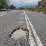 Επικίνδυνες λακκούβες στο δρόμο Ρυμνίου – Τριγωνικού (Φωτογραφίες)