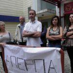 kozan.gr: Απολυμένος υπάλληλος, έξω από το υπό εκκαθάριση κατάστημα της Συνεταιριστικής Τράπεζας Δ. Μακεδονίας:: «Οι απολύσεις είναι παράλογες. Πρέπει επιτέλους να ακουστούν αλήθειες γιατί έκλεισε αυτή η τράπεζα» (Φωτογραφίες-Βίντεο)