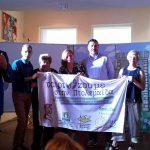 Τη Σημαία για τη διοργάνωση της επόμενης εκδήλωσης «ΤΑΙΡΙΑΖΟΥΜΕ…»,  παρέλαβε ο Δήμος Εορδαίας από το Δήμο Παλαιού Φαλήρου