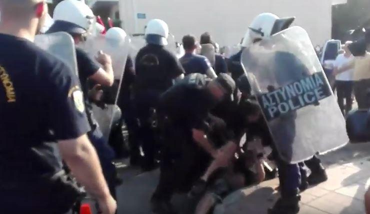 kozan.gr: Ακόμη ένα βίντεο με τα επεισόδια που σημειώθηκαν μεταξύ συγκεντρωμένων κι αστυνομικών δυνάμεων έξω από το εκθεσιακό κέντρο Δ. Μακεδονίας, πριν την έναρξη της ομιλίας του Πρωθυπουργού (Βίντεο)