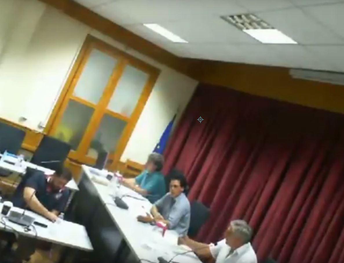 kozan.gr: Δημοτικό Συμβούλιο Σερβίων – Βελβεντού: Ανέβηκαν οι τόνοι μεταξύ δημάρχου και προέδρου: «Είσαι σοβαρός;», ο πρώτος,»Θα μου μιλάς στον πληθυντικό», ο δεύτερος (Bίντεο)