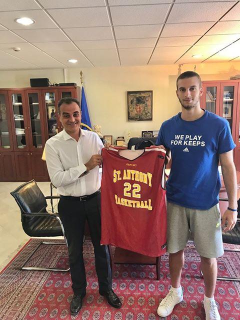 kozan.gr: Με τον 17χρονο, Δημήτρη Πλεξίδα, από την Πτολεμαίδα, που «χτίζει» την ακαδημαϊκή και μπασκετική του καριέρα στην Αμερική, συναντήθηκε ο Περιφερειάρχης (Φωτογραφία)