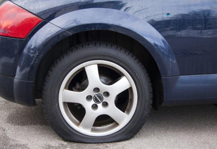 Kαταγγελία αναγνώστη στο kozan.gr: Άγνωστος/οι «σκάνε» λάστιχα αυτοκινήτων που είναι σταθμευμένα στην Πλατεία Αλώνια στην Κοζάνη