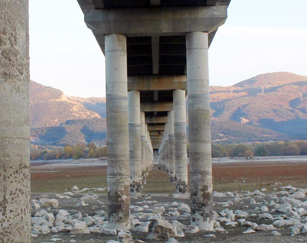 Δε λέει ν' ανέβει η στάθμη της Λίμνης Πολυφύτου… (13 φωτογραφίες από τη γέφυρα του Ρυμνίου)