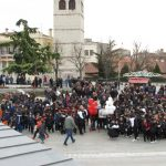 kozan.gr: Γέμισε από κόσμο, κυρίως μικρά παιδιά, η κεντρική πλατεία της Κοζάνης, το πρωί της Κυριακής 21/1, στη συγκέντρωση αλληλεγγύης και συγκέντρωσης χρημάτων για το μικρό Αλέξανδρο Μελισσινό (Βίντεο & Φωτογραφίες)