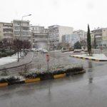 kozan.gr: «Λευκή μέρα», χωρίς να το «στρώσει» στους δρόμους, για την Κοζάνη – Εικόνες από διάφορα σημεία της πόλης (Βίντεο 6′)