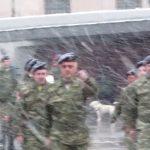 kozan.gr: Ώρα 18:00: Κοζάνη: Με πυκνή χιονόπτωση η καθιερωμένη Κυριακάτικη τελετή υποστoλής της σημαίας (Βίντεο)