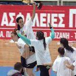 kozan.gr: Κλειστό Λευκόβρυσης: Απονομές μεταλλίων στις αθλήτριες, δηλώσεις Περιφερειάρχη, δημάρχου Κοζάνης και ο γύρος του θριάμβου με το κύπελλο για την ομάδα γυναικών handball της Νέας Ιωνίας (Βίντεο)