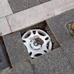 Σχόλιο αναγνώστη του kozan.gr: Πλακάκια πεζοδρομίου, μάρκας BMW, ακριβώς ΑΠΕΝΑΝΤΙ από το Δημαρχείο του δήμου Εορδαίας (Φωτογραφίες)