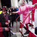 Kozan.gr: Ο φανός Αη Δημήτρης, με τίτλο άρματος «Φανός στο κλαρί», απαγγέλλει «κόλιαντα» (Βίντεο)