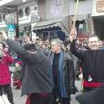 kozan.gr: Παρέλαση: Τα μέλη του φανού «Μπουντανάθκα» ξεφαντώνουν με τα «περιστέρια», μπροστά από το δημαρχείο Κοζάνης (Βίντεο)