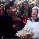 kozan.gr: Παρέλαση: Οι φίλοι της παράδοσης, στα «λευκά», με θέμα «Η Αλίκη στον Αρίνταγα» κέρασαν κουλαράκια, με ειδικό σχήμα, τους επισήμους (Βίντεο)