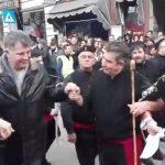 kozan.gr: Παρέλαση: Μέλη του φανού Σκ'ρκας σέρνουν στο χορό τους επισήμους (Βίντεο)