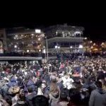 kozan.gr: Κεντρική πλατεία Κοζάνης: Η στιγμή, στο πάρτι νεολαίας, που όλος ο κόσμος χορεύει τα «περιστέρια» (Βίντεο από κινητό τηλέφωνο)