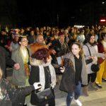 kozan.gr: Κεντρική Πλατεία Κοζάνης: Μπήκε και ο κόσμος στο χορό και έγινε ένα με τους χορευτές των ποντιακών σωματείων, το βράδυ της Τετάρτης 14/2 (Βίντεο 11′ & Φωτογραφίες)