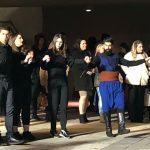 kozan.gr: Κεντρική Πλατεία Κοζάνης: Η παρουσίαση του χορευτικού τμήματος του συλλόγου Κρητών Ν. Κοζάνης «Η Μεγαλόνησος»,  το βράδυ της Κυριακής 11/2 (Φωτογραφίες & Βίντεο 8′)