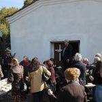 Η Θεία Λειτουργία, σήμερα Τρίτη μέρα του Πάσχα , στο εκκλησάκι του Αγίου Αθανασίου, που βρίσκεται ψηλά από το φράγμα Πολυφύτου (Φωτογραφίες)