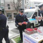 kozan.gr: Πασχαλινά αβγά και φυλλάδια μοίρασε, σήμερα Μ. Πέμπτη, η Τροχαία Κοζάνης (Φωτογραφίες & Βίντεο)