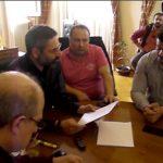 "kozan.gr: Κραυγή αγωνίας των ιδιοκτητών καφετεριών στη συνάντηση με το δήμαρχο Κοζάνης: ""90% κάτω η δουλειά μας. Θα καταστραφούν οικογένειες. Δεν μπορούμε να αντέξουμε. Εμείς τηρούμε το νόμο, όμως βλέπουμε άδεια μαγαζιά."" – ""Θέλω να σας ξεκαθαρίσω ότι ο νόμος από την πλευρά του δήμου θα συνεχίσει να εφαρμόζεται"", η απάντηση του δημάρχου Κοζάνης – Όσα συνέβησαν στη σημερινή συνάντηση στο δημαρχείο (25′ Βίντεο)"