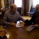 kozan.gr: «Δώστα», απάντησε ο Χρήστος Ψαλλίδας στον Aντιδήμαρχο Κοζάνης, Γιώργο Βαλαή, όταν ο τελευταίος ανέφερε ότι το ειδικό τέλος 80% επί της αξίας του νερού είναι, για κάθε νοικοκυριό, περίπου 100 ευρώ το χρόνο – Τα «γαλλικά» με τη λήξη της συνάντησης (Βίντεο)