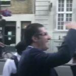 Η στιγμή της φραστικής επίθεσης στον Πρωθυπουργό Αλέξη Τσίπρα από Έλληνες του Λονδίνου  -Ολόκληρο το βίντεο