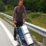 Από την Βόρεια Ευρώπη, βρέθηκε στην Καστοριά – «Ταξιδεύω με τα πόδια για να βλέπω το ταξίδι μου»