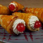H πρόταση της εβδομάδας από το πετυχημένο μαγειρικό site «foodaholics»: Πρωτότυπη συνταγή για κορνέ με σπιτικό φύλλο και γέμιση cheesecake (Bίντεο)