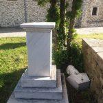 kozan.gr: Η προτομή του Νικολάου Δούμπα στο Θωμαίδειο στη Βλάστη Εορδαίας βρίσκεται σε αυτήν την κατάσταση τουλάχιστον δύο μήνες (Φωτογραφία)