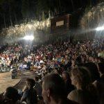 kozan.gr: Γεμάτο το υπαίθριο δημοτικό θέατρο Κοζάνης, το βράδυ της Πέμπτης 5/7, στην παράσταση «Βάτραχοι» του Αριστοφάνη, με τους Λάκη Λαζόπουλο, Σοφία Φιλιππίδου, Δημήτρη Πιατά κι Αντώνη Καφετζόπουλο (Βίντεο & Φωτογραφίες)